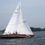 Segelboot der Bootsklasse ''8 Meter-Klasse'' (8mR) auf der Kieler Förde. Quelle: <http://commons.wikimedia.org/wiki/File:Segelboot_8mR.jpg>