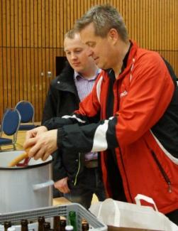 Auch Sebastian Otten & Thommy Levien schlugen eiskalt bei den Würstchen zu!